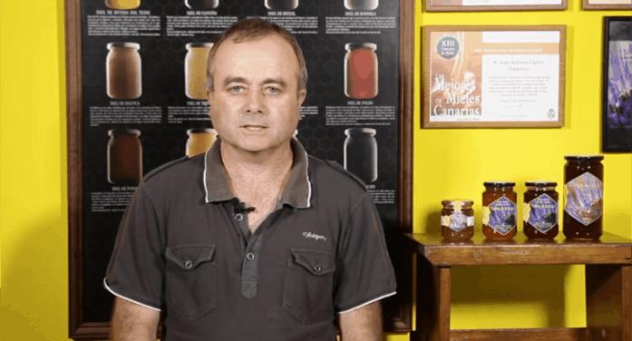 """Juan Antonio Castro elabora la miel ecológica """"Ladera de la Reina"""""""