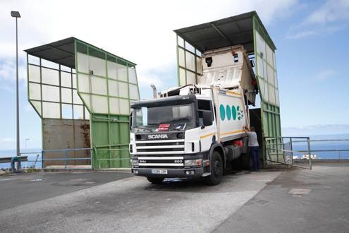 Un operario vierte los residuos en la Planta de Transferencias para su posterior tratamiento