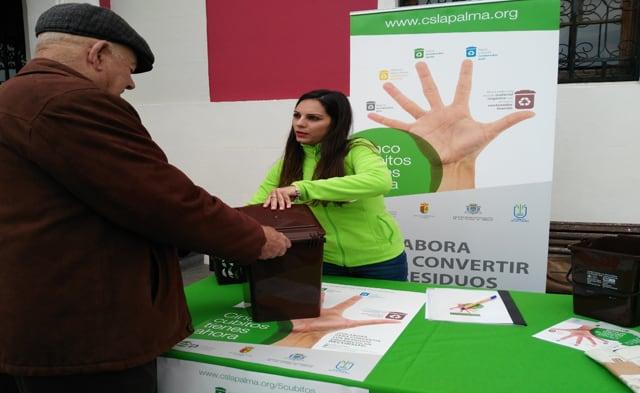 Más de 200 vecinos de El Paso acudieron a recoger el kit de materia orgánica en la primera semana